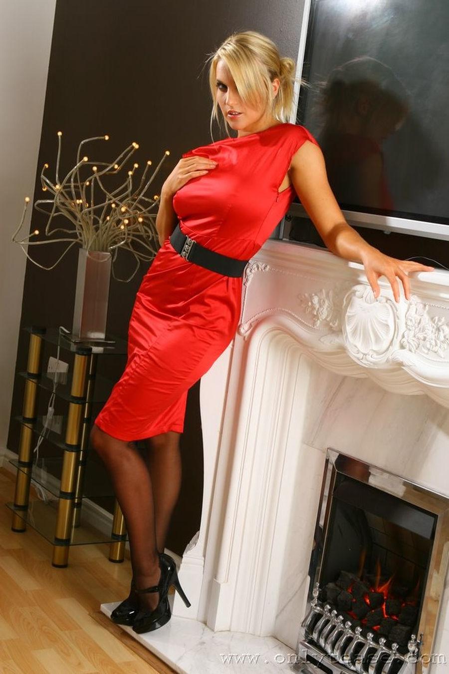 Kayleigh-Pearson-hoge-hakken-lingerie-rode-jurk-02