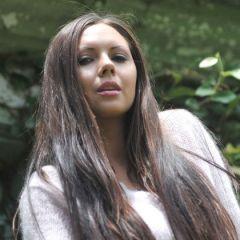 Tessa, knappe brunette met grote borsten, naakt op de bank