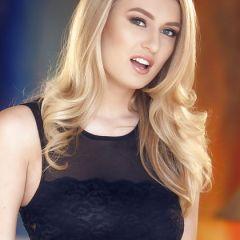 Knappe blonde babe, Natalia Starr, heeft sex onder de douche