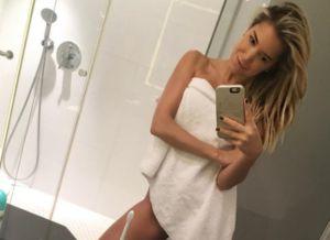 Sylvie Meis ziet er sexy uit in de badkamer