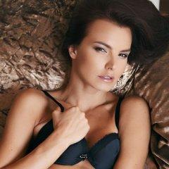 Suzie Carina is erotisch aan het doen op de bank