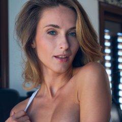 Cara Mell heeft zin in sex, ze is geil aan het doen