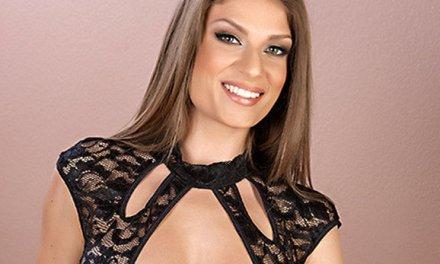 Dillian Carter komt in sexy lingerie opdraven, ze heeft sex