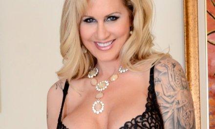 Mature tatoeage milf Ryan Conner, grote borsten, wordt in haar kontje geneukt