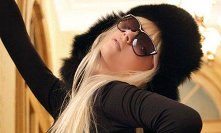 Blonde lenige mode chick, sexy strakke kleding, gaat naakt