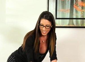 Lekkere schoonmoeder geeft geile massage aan schoonzoon