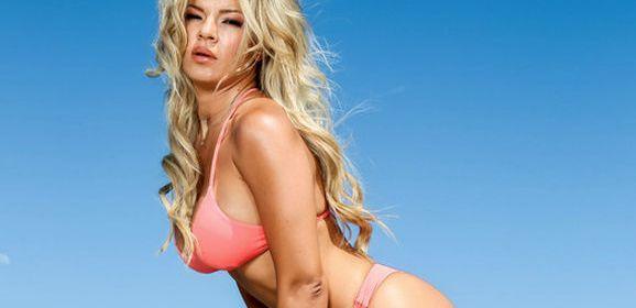 Adriana Sephora begint in een sexy bikini en eindigt naakt