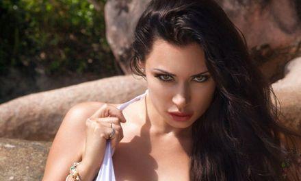 Knap model uit de Oekraïne, Anna Grigorenko, naakt op een palmenstrand