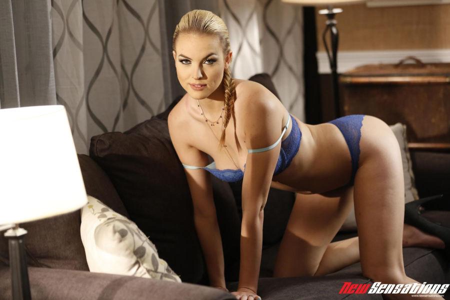 Blonde-Keira-Nicole-geilt-op-een-facial-002