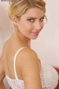 Kathy-Kozy-lekkere-blonde-milf-is-aan-het-pijpen-003