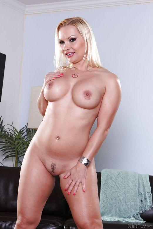Katja-Kassin-strakke-blonde-milf-striptease-16