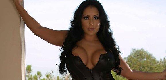 Kiara Mia, een geile Latina stiefmoeder, wil ook sex met de vriend van haar stiefdochter