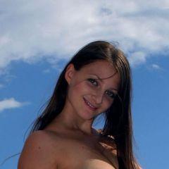 Marina heeft grote borsten en ze gaat naakt bij de zee
