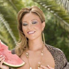 Natalia Forrest, heerlijke babe, is geil aan het doen met een meloen