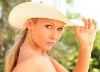 Naakte vrouwen, van een lekkere cowgirl topless op een paard tot een strandbabe