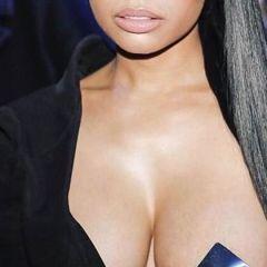 Hopelijk zet Nicki Minaj een modetrend met haar blote borst