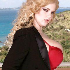 BBW blonde babe, Ashley Sage Ellison, is met haar enorme memmen aan het spelen