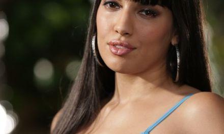 Latina babe, Mercedes Carrera, is nog mooier als ze naakt gaat