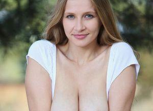 Naakte Vrouwen, van grote borsten in de natuur tot een lekkere lingerie babe
