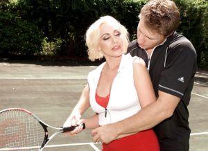 Blonde milf neuken op de tennisbaan