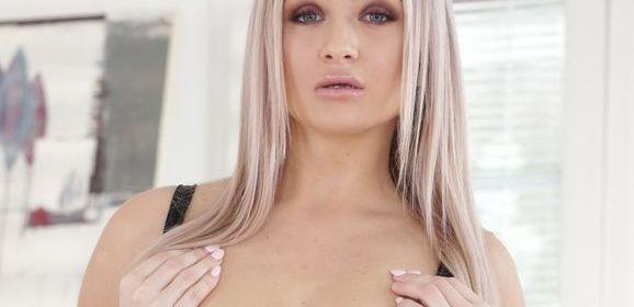 Cayla Lyons ziet er heerlijk uit in een zwart strak en kort lingeriejurkje