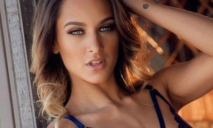 Dainty, knappe vrouw met donkerblond haar, heeft blauwe kanten lingerie aan