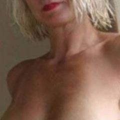 Vrouw van 45 jaar, mooie topless borsten, zoekt een anale sexdate