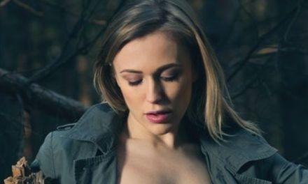 Naakte Vrouwen, een knappe fotografe gaat naakt in het bos en meer