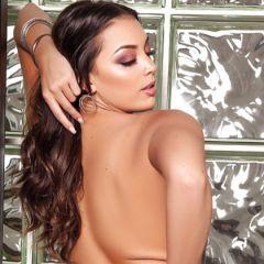 Kelsi Shay is erotisch aan het doen, op en onder de trap