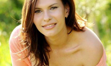 Naakte Vrouwen, schoonheid speelt buiten met een bal en meer