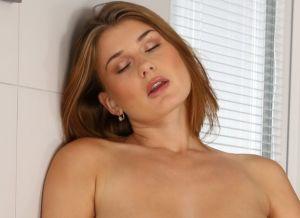 Lekker ding met mooie grote borsten heeft haar seksspeeltjes erbij gehaald