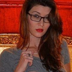 Amber Hahn, geil brilletje op, doet een striptease op bed