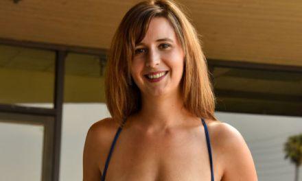 Alice Chambers, geile milf met grote borsten, naakt in het openbaar