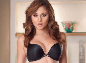 Ariana Marie in sexy zwarte lingerie
