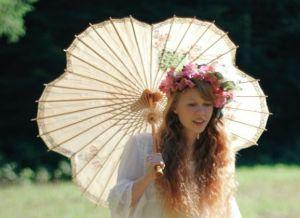Dolly Little, bloemenmeisje naakt in het gras