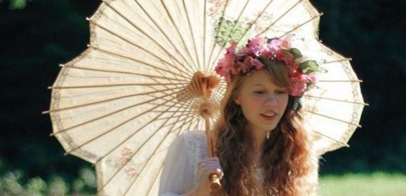 Dolly Little, bloemenmeisje gaat naakt in het gras