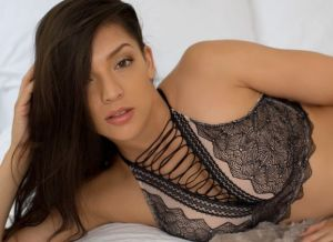 Kelsi Shay dagdromen op bed