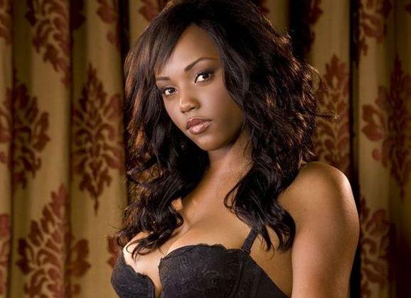 Monique Moore, knappe ebony Playboy babe, in sexy zwarte lingerie