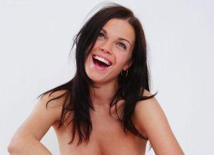 Natasha knappe lachende vrouw naakt
