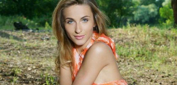 De mooie Cara Mell gaat naakt in het park