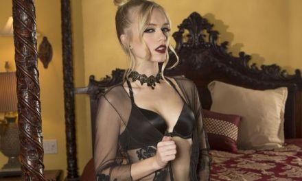 Alex Grey, stijlvol en elegant, trekt haar sexy zwarte lingerie uit