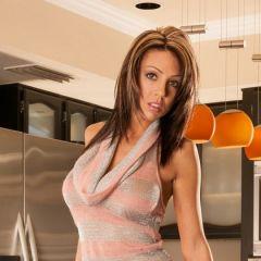 Macy Sky, keiharde tieten en sexy korte laarsjes, naakt in de keuken