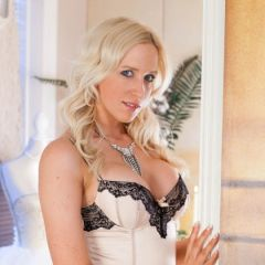 Samantha, een heerlijke blondine, heeft opwindende lingerie aan