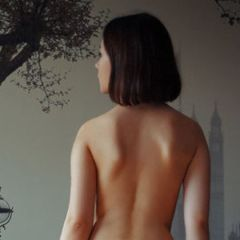 Londia, stijlvolle donkerharige jonge vrouw gaat helemaal naakt