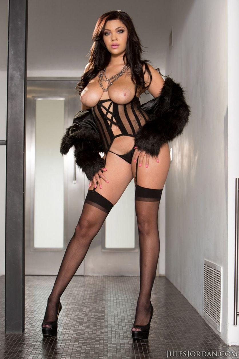 Cassidy-Banks-grote-tieten-heeft-sexy-lingerie-aan-05