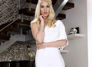 Charlotte Stokely trekt haar strakke witte jurkje uit