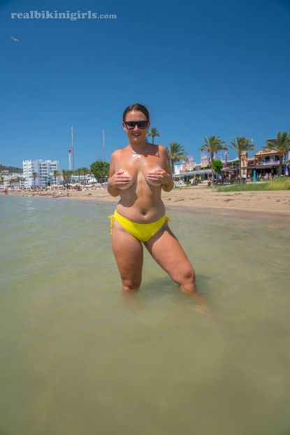 Lexi-grote-borsten-gele-bikini-strand-10