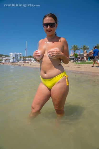 Lexi-grote-borsten-gele-bikini-strand-11