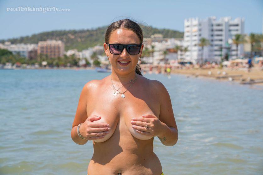 Lexi-grote-borsten-gele-bikini-strand-12