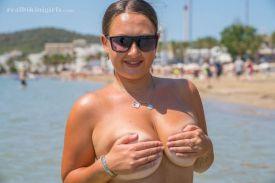 Lexi-grote-borsten-gele-bikini-strand-14